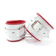 Бело-красные кожаные наручники с кольцом (цвет -белый с красным) (105380)