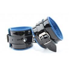 Чёрные лаковые наручники с синим подкладом (цвет -черный с синим) (105385)